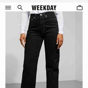 Snygga jeans i modellen row från weekday med vita sömmar, sitter superfint, står ej för fraktkostnad (54kr)❤️
