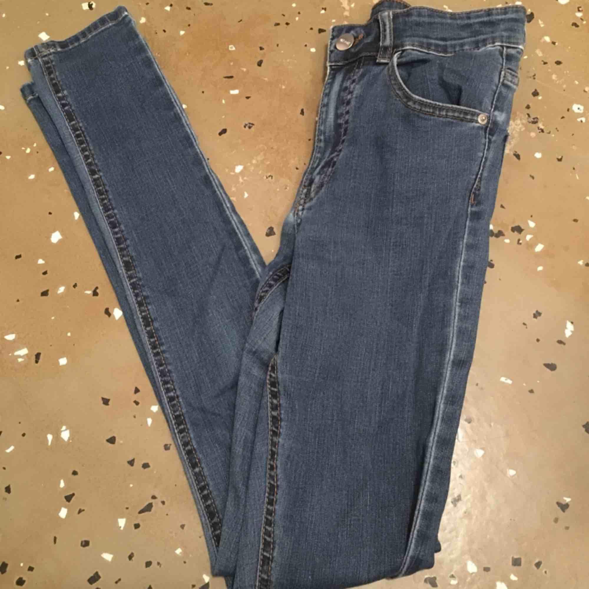 Finaste jeansen från bikbok. Nypris 600, sitter som en smäck o är sjukt snygga, högmidjade och skinny fit. Har sytt lite ovanför fickan som syns på andra bilden men annars bra kvalite. . Jeans & Byxor.