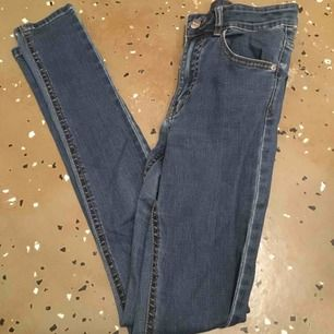 Finaste jeansen från bikbok. Nypris 600, sitter som en smäck o är sjukt snygga, högmidjade och skinny fit. Har sytt lite ovanför fickan som syns på andra bilden men annars bra kvalite.