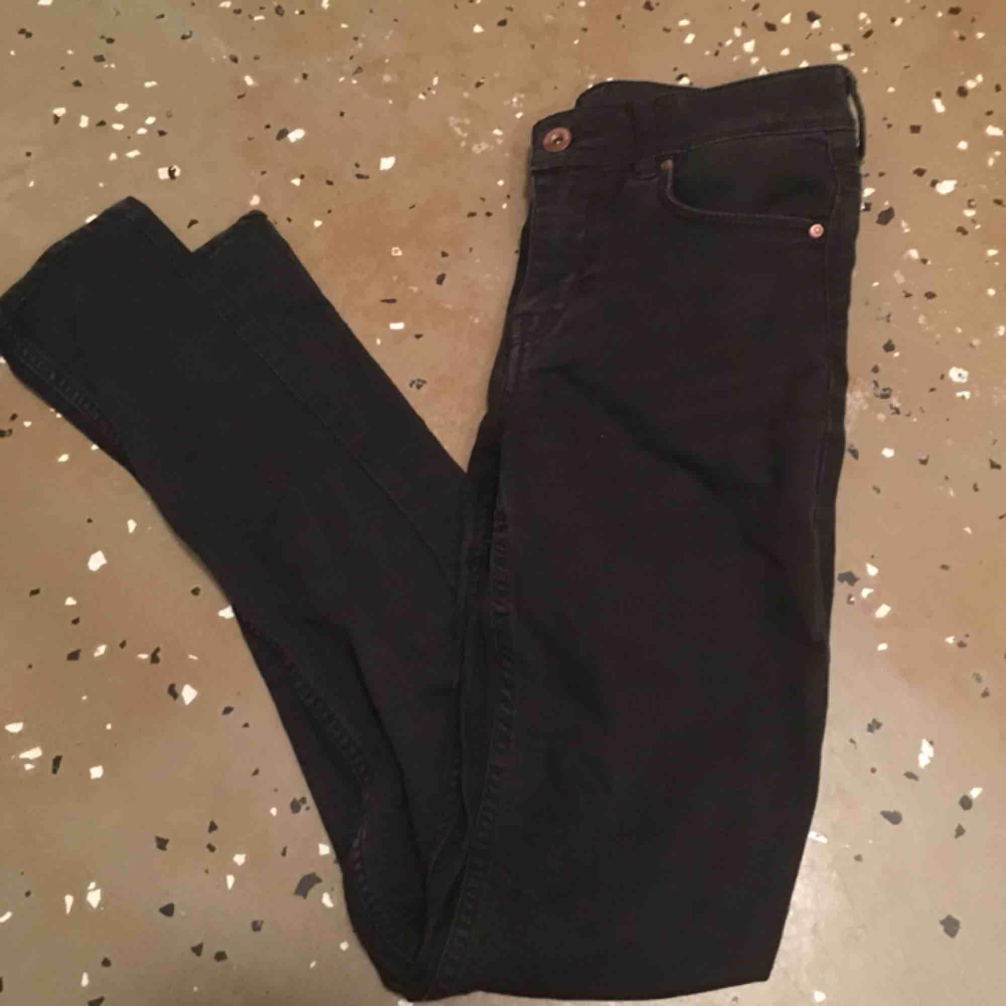 Jeans från H&M, använda men bra kvalite och färgen är fortfarande svart och fin. Bild hur de sitter på kan fås privat . Jeans & Byxor.