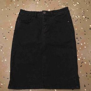 Sjukt snygg kjol från Vero Moda, endast använd en gång i några timmar så den är som i nyskick! Nypris var 250 kr.