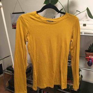 En vanlig långärmad senaps gul tröja. Inte mycket använd, bra skick. Snyggt under linne. Priset är inkluderat frakt.