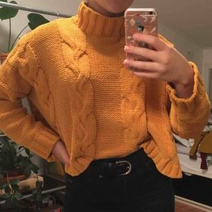 Senapsgul stickad tröja från Bershka. Tyget sticks inte utan är väldigt skönt och passar perfekt på vintern. Med en polokrage. Priset är inkluderat frakt.