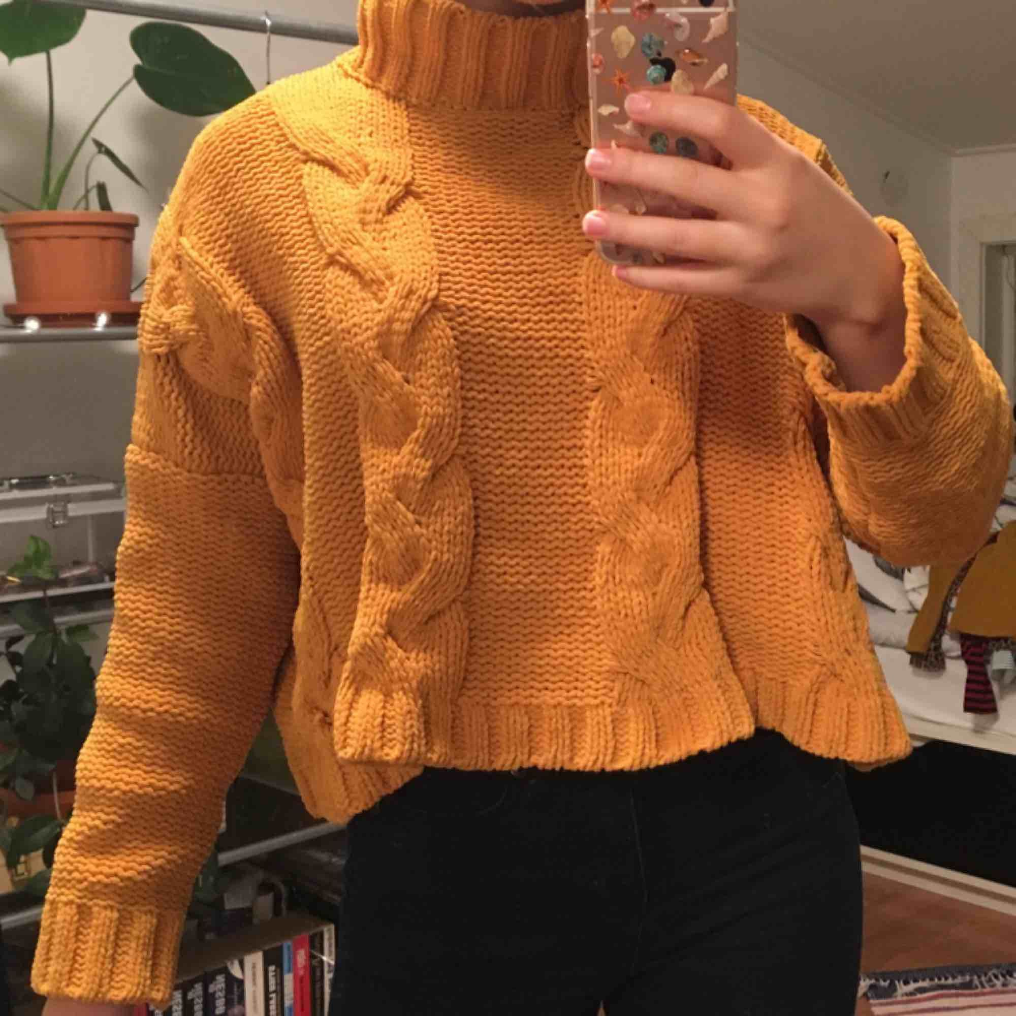 Senapsgul stickad tröja från Bershka. Tyget sticks inte utan är väldigt skönt och passar perfekt på vintern. Med en polokrage. Priset är inkluderat frakt.. Stickat.