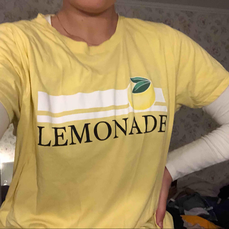 Gul t-shirt från Gina. Använd några gånger men fing skick . T-shirts.