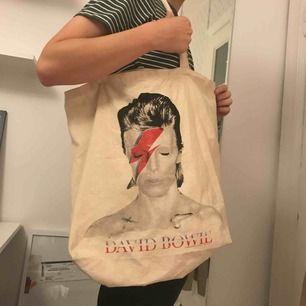 Snygg David Bowie tygpåse! Behövs sy lite (se bild). Köpare står för frakt.