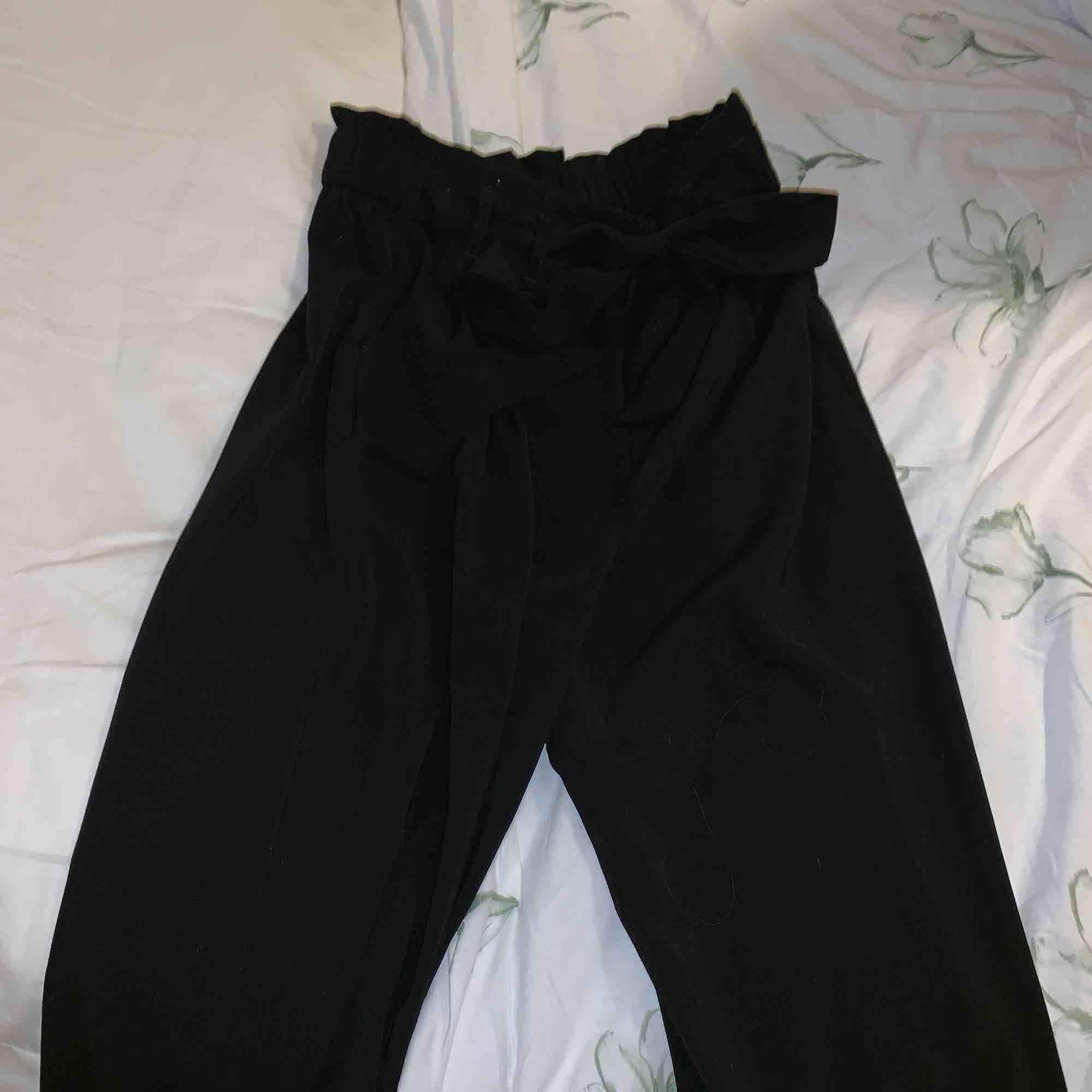 Härliga sköna kostym byxor från zara. Storlek XS men passar även större storlekar. Säljer pga använder aldrig ( använda 1 gång). Jeans & Byxor.