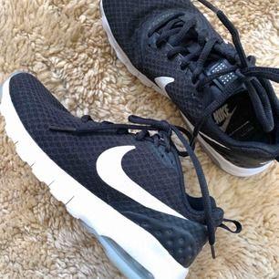 Nike air i väldigt fint skick! Endast använda 1 gång! Säljer de för att det är för små