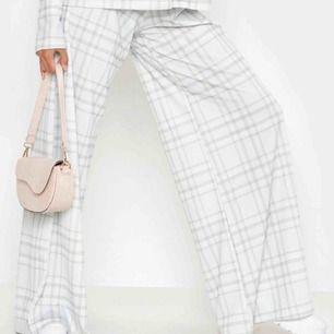 Säljer ett par boohoo byxor på direkten ifall någon är intresserad. Inte använda, fick hem dem precis. Köp dem innan jag returnerar dem snarast!!!!