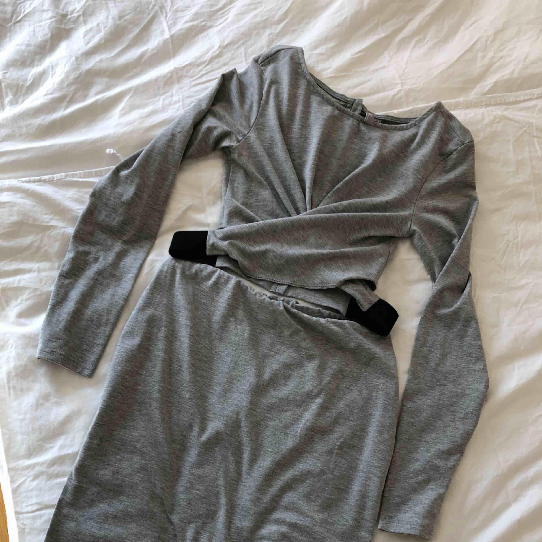 Klänning från Asos. Klippte bort trådarna som höll ihop de två delarna för att använda den som topp. Går dock att sy ihop (se bild 3 för markering). . Klänningar.