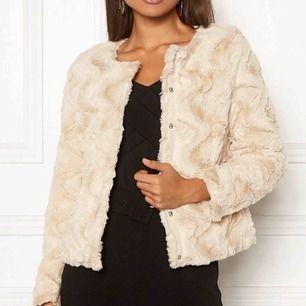 Oanvänd fuskpäls jacka från Vero Moda, passar perfekt till hösten. Frakt 59kr. Ordinarie pris ligger på ca 399kr