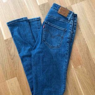 Levis jeans i modellen 721 High Rise Skinny, färgen Out Of Touch. Strl 26. I princip oanvända, säljer för att de inte sitter bra på mig. Ny pris: 1000 kr