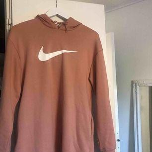 Strl XS. Köpt för 400:- på stadium. Sitter mer som en S, skitsnygg Nike Hoodie något längre i modellen. Typ till höfterna på mig. Frakt tillkommer!