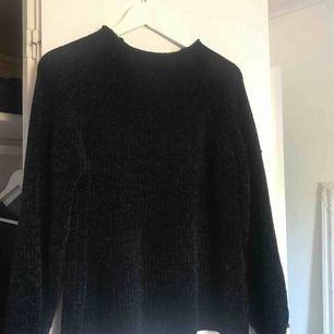 Oversized tröja strl L men sitter mer som M. Köpt för 300 på JC. Jätteskönt material. Frakt tillkommer.