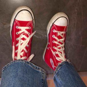 Säljer mina jättefina och fräscha Converse i storlek 38. Fin färg perfekt inför hösten