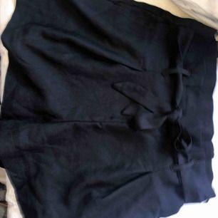Svarta Kostymshorts Fraktkostnaden 36kr