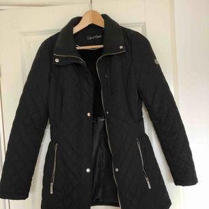 Säljer min ck jacka i storlek XS som köptes i Florida för ca 2 år sedan! Har använt den ca två höstar och vill nu sälja vidare den😊 Den är i fint skick, hör bara av er om ni vill har frågor eller önskar fler bilder!