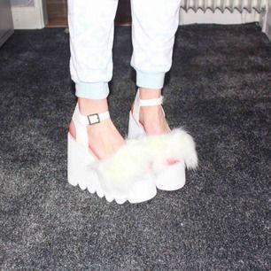 """Köpte dessa FANTASTISKA """"Cloud Nine Sandals"""" till Guldtuben 2016 från DollsKill. Trots att de är slusålda så kommer de aldrig till användning för mig, endast haft två gånger. Köptes för ca 1000 kr, säljer för 475 kr!"""
