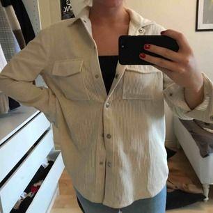 manchester jacka/skjorta från ginatricot , aldrig använd, bra skick, frakten ingår i priset