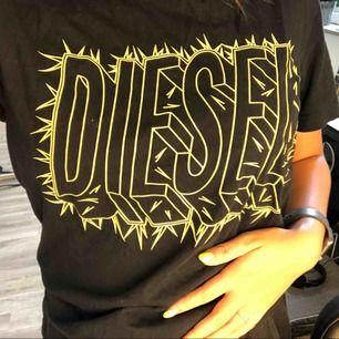Jätte cool tröja från Diesel herr. På mig som brukar ha S sitter den jätte bra och är inte särskilt oversize. Nypris: 500kr💓 köparen står för frakt