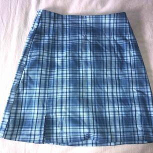 svin gullig kjol från brandy Melville! aldrig använd och prislappen är kvar där av priset!!💓 köpt i london för 286kr, köparen står för frakt!