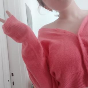 En jääävligt snygg rosa tröja av märket dream time! Den är köpt i Italien för väldigt länge sen och är inte direkt i toppskick, därav priset😅 (den är väldigt noppig (syns i bilderna) och har ett mindre hål på ärmen). Jag älskar den mysiga modellen och den moderna passformen! Frakt: 42kr