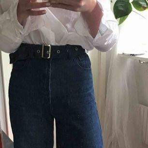 Jeans från plt, kommer med ett matchande bälte men man kan också ha sitt egna bälte för en annan look.