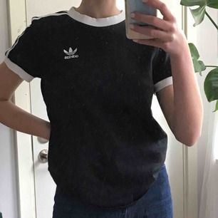 Adidas tröja köpt för 400 kr. Sparsamt använd.