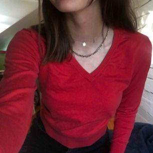 Röd tröja från peak! Ganska liten i storleken och i bra skick