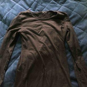 Basic svart långärmad tröja från hm. Ganska nopprig och har ett hål i armhålan som lätt kan sys igen. Säljer därför billig som fan