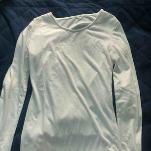 Vit basic tröja från HM. Likadan som den svarta fast i mycket bättre skick. Lite nopprig och har en blå fläck på högra ärmen. Säljer därför också billigt
