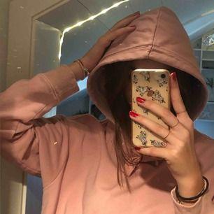 Ljusrosa hoodie från hm i jättebra skick, använd ett fåtal gånger bara. Kom ihåg att frakt tillkommer yäni