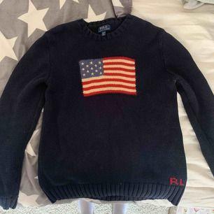 Ordinariepris 1299 kr. Marinblå stickad tröja från Ralph Laurens i bra skick. Storlek XL för barn. Skriv vid intresse!