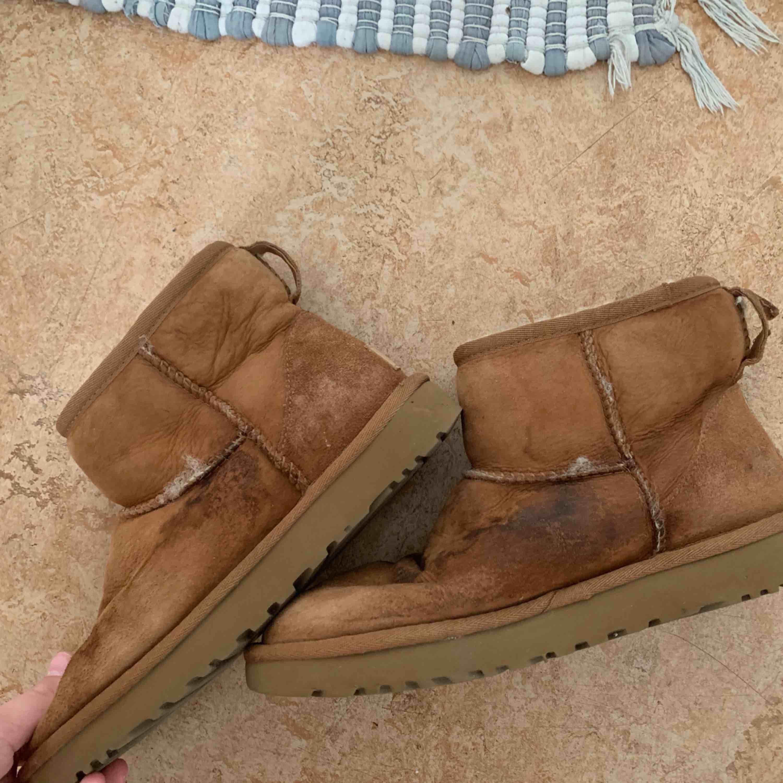 Väldigt slitna uggs skor. Fläckarna går att tvätta bort då det bara är ett medel som ska hålla vatten borta Slitna vid vissa sömmar går oxå lätt att fixa Använd några gånger förra vintern Nypris över 1000kr . Skor.