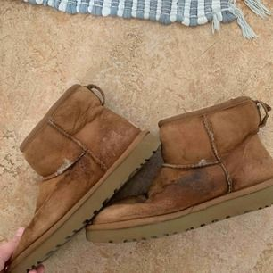 Väldigt slitna uggs skor. Fläckarna går att tvätta bort då det bara är ett medel som ska hålla vatten borta Slitna vid vissa sömmar går oxå lätt att fixa Använd några gånger förra vintern Nypris över 1000kr