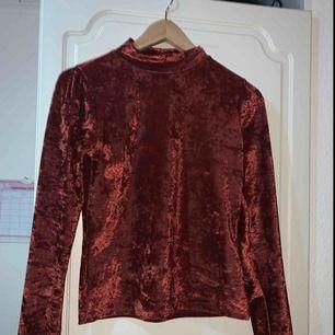 Mysig och festlig tröja från Gina tricot. Knappt använd. Köparen står för frakten.
