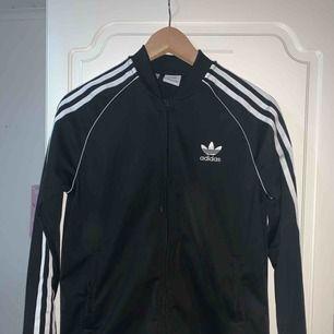 Adidas tröja som är i nyskick. Köparen står för frakten.