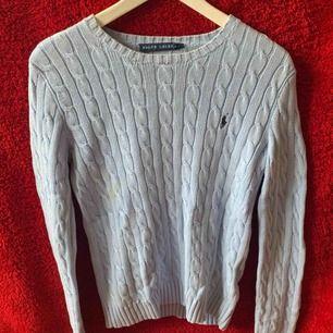 En ljusblå Ralph Lauren stickad tröja. Märket är mörkblå Använt tröjan max 5gånger och är nästan som ny, köpt för 1200 och säljer för 450. Köparen står för frakten