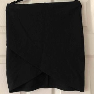 Svart omlott kjol, använd en gång. Svart storlek XS. Köparen står för frakt