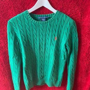 En grön Ralph Lauren stickad tröja. Märket är orange  Storlek M  Använt tröjan max 3 gånger och är nästan som ny, köpt för 1200 och säljer för 450 köparen står för frakten