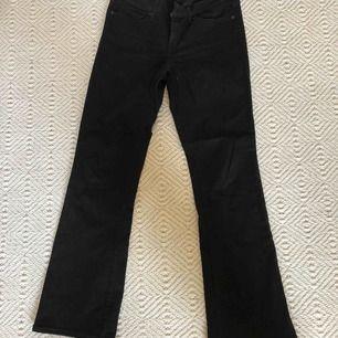 Knappt använda jeans ifrån Levis, som nya. Stretchiga i materialet och passar strl S/M. Modell 715 bootcut, dock är de ganska raka i modellen