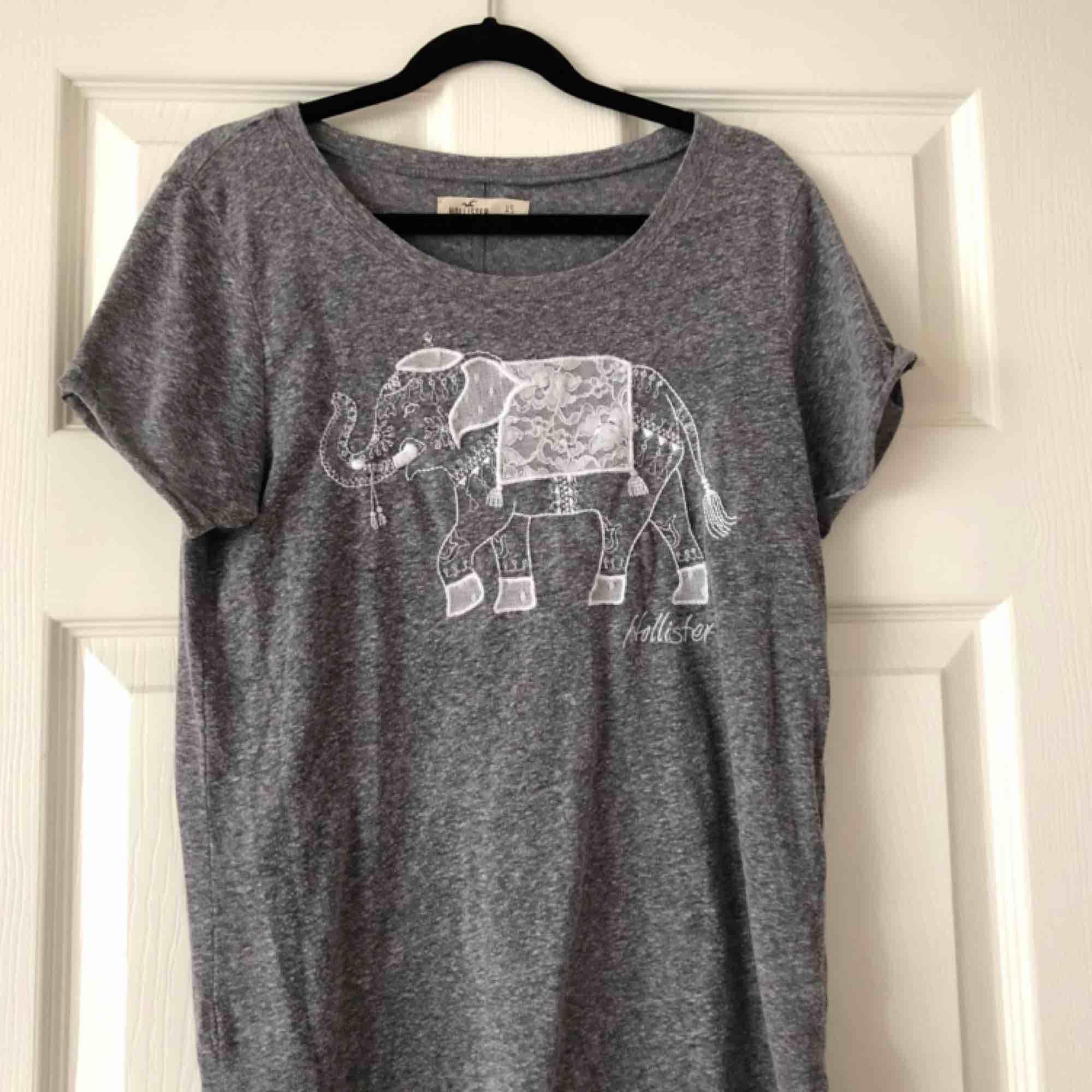 """""""Ovanlig"""" tröja från hollister med en broderad elefant på. Använd fåtal gånger. Storlek XS. Köparen står för frakt. . T-shirts."""