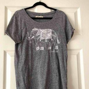 """""""Ovanlig"""" tröja från hollister med en broderad elefant på. Använd fåtal gånger. Storlek XS. Köparen står för frakt."""