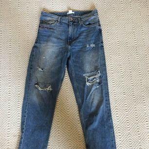 Slitna jeans ifrån HM, lite större i modellen och har text vid ena fickan