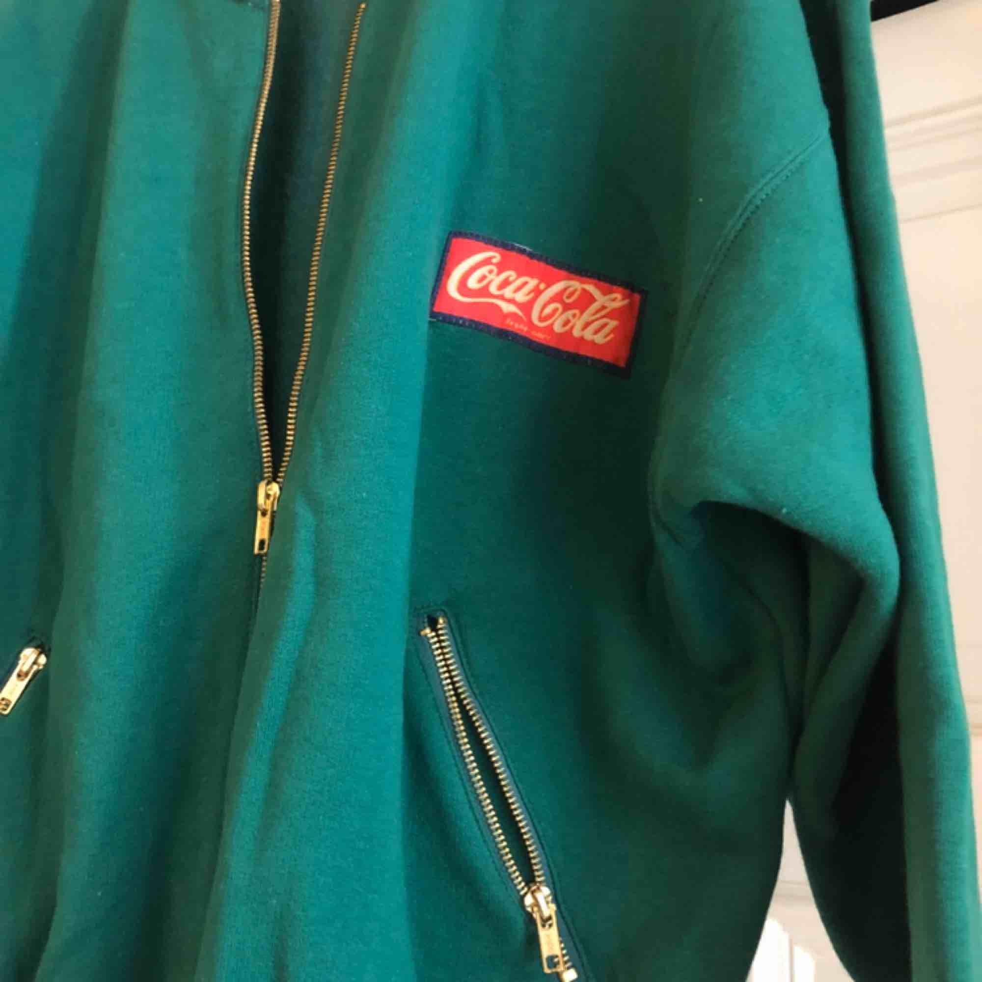Vintage Coca-Cola från 80-talet. Trevligt skick. Något liten så passar även som medium. Kan hämtas i Uppsala eller skickas mot fraktkostnad . Jackor.
