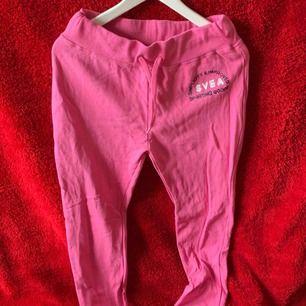 Ett par rosa Svea mjukisbyxor  Storlek M Köparen står för frakten