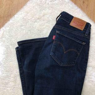 mörkblåa bootcut jeans från Levis , säljer de då de är för små