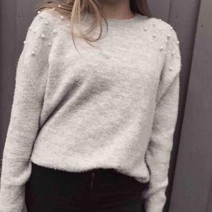 En superfin stickad tröja med pärlor på från h&m, knappt använd, lite större i storlek då den är väldigt stretchig