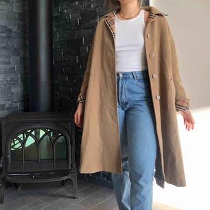 """Vintage beige kappa med """"burberry"""" mönster på insidan. Visas på mig som vanligtvis har storlek M och är 176cm lång, den har inte tighta armar utan man får plats med en tjockare tröja under och går verkligen att använda i vinter. Frakt tillkommer❤️"""