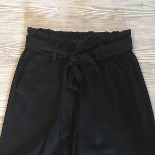 Vida byxor som man knyter i midjan från Gina Tricot   Sparsamt använda så i fint skick   Priset är inklusive frakten!